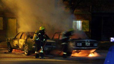 Photo of El fuego destruyó dos autos: bomberos trabajaron en el lugar