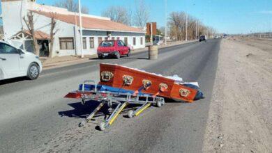 Photo of Un ataúd cayó de un coche fúnebre y el cadáver quedó tendido en medio de una ruta